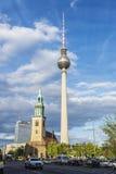 A igreja e as telecomunicações de St Mary elevam-se em Berlim, Alemanha Foto de Stock Royalty Free
