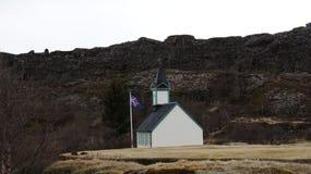 Igreja e bandeira de Thingvellir em Islândia Fotografia de Stock Royalty Free