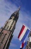 Igreja e bandeiras novas no mercado, louça de Delft Imagem de Stock