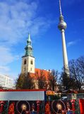 Igreja e Berlin Television Tower do ` s de St Mary no tempo do Natal Imagens de Stock Royalty Free