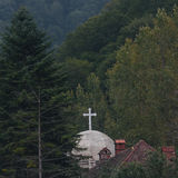 Igreja e casa cercadas por árvores Fotografia de Stock Royalty Free