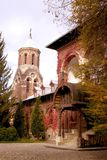 Igreja e casa do tijolo imagens de stock royalty free