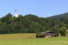 Igreja e casa nos cumes foto de stock
