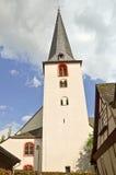 Igreja e casa suportada na vila região do vinho do vale de Traben-Trarbach - de Moselle em Alemanha imagem de stock