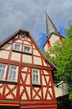 Igreja e casa suportada na vila região do vinho do vale de Traben-Trarbach - de Moselle em Alemanha foto de stock royalty free