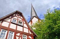Igreja e casa suportada na vila região do vinho do vale de Traben-Trarbach - de Moselle em Alemanha foto de stock