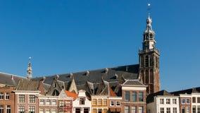 Igreja e casas no Gouda, Holanda Fotografia de Stock Royalty Free