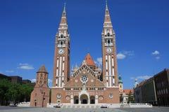 A igreja e a catedral votivas de nossa senhora de Hungria são umas romanas gêmeo-spired - catedral católica em Szeged, Hungria En imagens de stock