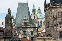 A igreja e a cidade da São Nicolau constroem uma ponte sobre a torre em Praga Imagem de Stock