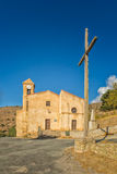 Igreja e cruz na costela em Córsega Foto de Stock