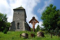 Igreja e cruz velhas Fotografia de Stock Royalty Free