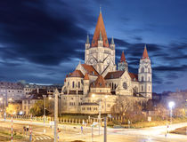 Igreja e Danube River de Heiliger Franz von assisi em Viena, Aus Foto de Stock
