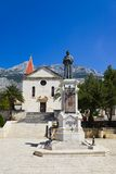 Igreja e estátua velhas em Makarska, Croatia Foto de Stock