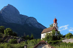 Igreja e montanha, Switzerland Foto de Stock Royalty Free
