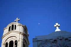 Igreja e monumento com a lua no fundo Fotos de Stock Royalty Free