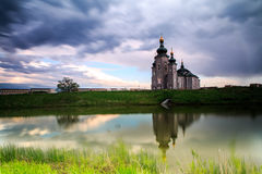Igreja e nebuloso escuro Fotografia de Stock