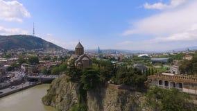 Igreja e Rio Kura de Metekhi em Tbilisi, em turismo e em sightseeing em Geórgia vídeos de arquivo