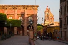 Igreja e rua em San Miguel de Allende foto de stock royalty free