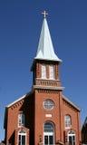 Igreja e steeple de encontro a azul Imagens de Stock