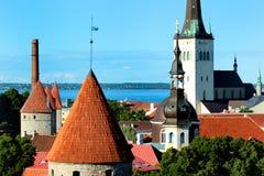 Igreja e torres do St Olav na parede da fortaleza da cidade velha de Tallinn, Estônia Foto de Stock Royalty Free