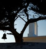 Igreja em Greece atrás da árvore Imagens de Stock Royalty Free
