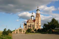 Igreja em um monte Imagens de Stock