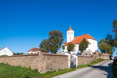 Igreja em um monte com um cemitério imagens de stock