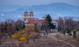Igreja em um monte em montanhas orientais de Albânia imagem de stock