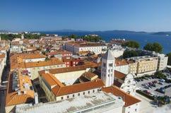 Igreja, fórum e catedral do St Donato da torre de sino do St Anastasia em Zadar, Croácia Fotografia de Stock