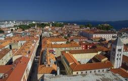 Igreja, fórum e catedral do St Donato da torre de sino do St Anastasia em Zadar, Croácia Imagem de Stock