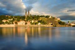 Igreja famosa de Vysehrad durante o dia ensolarado Céu nebuloso surpreendente no movimento Rio de Vltava, Praga, república checa Foto de Stock