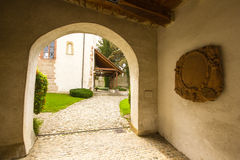Igreja fortificada de St Arbogast na vila Muttenz Fotografia de Stock