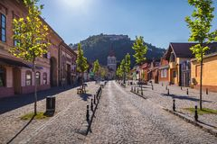 Igreja fortificada na cidade de Rasnov e na fortaleza medieval Cetate mim imagem de stock