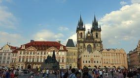 A igreja gótico da mãe do deus na frente de Tyn na praça da cidade velha em Praga, República Checa vídeos de arquivo