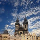 Igreja gótico da mãe do deus na frente de Tyn na praça da cidade velha, Praga, República Checa fotografia de stock