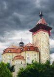 A igreja gosta do castelo no monte Fotos de Stock
