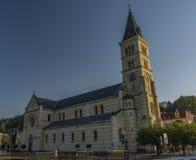 Igreja grande agradável na cidade de Kraslice na manhã do verão imagem de stock royalty free