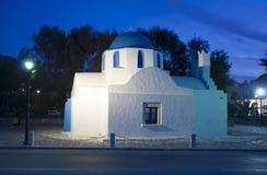 A igreja grega nas lâmpadas da luz da noite Imagens de Stock Royalty Free