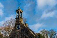 Igreja histórica antiga e sua aleta de tempo com Plo imagens de stock royalty free