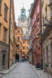 Igreja histórica e rua colorida no gamla Éstocolmo stan imagens de stock