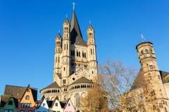 Igreja histórica St Martin bruto na água de Colônia, Alemanha imagens de stock