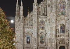 A igreja iluminou indicadores e árvore do Xmas, Milão Fotografia de Stock