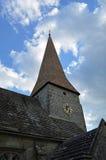 Igreja inglesa com a torre e o pulso de disparo da telha do carvalho Fotos de Stock