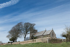 Igreja inglesa no monte no campo pelo desfiladeiro de Shipton Fotografia de Stock