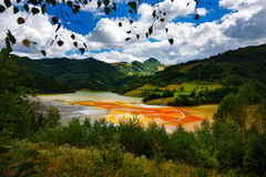 A igreja inundada no vermelho tóxico poluiu o lago devido à mineração de cobre, Fotografia de Stock