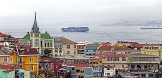 Igreja luterana acima das casas coloridas do montanhês em um subúrbio de Valparaiso, o Chile imagem de stock royalty free