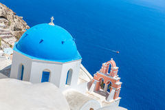 A igreja a mais famosa na ilha de Santorini, Creta, Grécia. Torre de Bell e cúpulas da igreja grega ortodoxo clássica Imagens de Stock