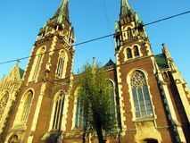Igreja marrom velha no fundo do céu azul imagem de stock royalty free
