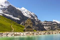 Igreja minúscula de Chilchli no lago Fallbodensee ao longo da caminhada de Jungfrau Eiger imagens de stock royalty free