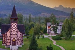 Igreja na aldeia da montanha de Stary Smokovec Imagens de Stock
